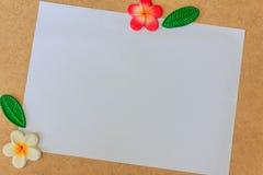 Белая бумага и цветок Стоковые Изображения