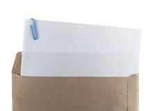 Белая бумага и paperclip в коричневом конверте Стоковое фото RF
