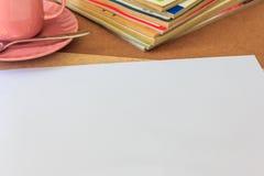 Белая бумага на деревянном столе Стоковая Фотография RF