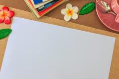 Белая бумага на деревянном столе Стоковые Изображения
