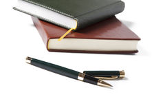 Белая бумага тетради коричневая и черная с ручкой на белой предпосылке Стоковая Фотография RF