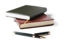 Белая бумага тетради коричневая и черная с ручкой на белой предпосылке Стоковые Изображения RF
