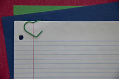 Белая бумага тетради с красочной бумагой и зеленое сердце закрепляют Стоковое Фото
