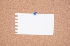 Белая бумага a для того чтобы сделать список прикалыванный к доске объявлений пробочки стоковые изображения rf