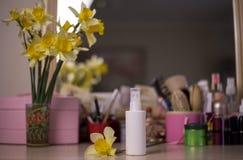 Белая бутылка для косметической нерезкости предпосылка таблицы стоковое фото