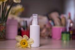 Белая бутылка для косметической нерезкости предпосылка таблицы стоковые изображения