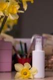 Белая бутылка для косметической нерезкости предпосылка таблицы стоковые фотографии rf