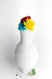 Белая ваза гончарни с цветками на белой предпосылке Стоковое Фото