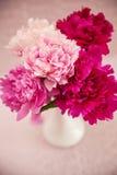 Белая ваза с пионами Стоковые Фотографии RF