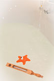 Белая ванна с термометром и вода забавляются Стоковые Изображения