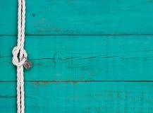 Белая веревочка с знает и серебрит замок на деревенском знаке сини teal стоковые фото