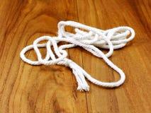 Белая веревочка с узлом Стоковые Фотографии RF