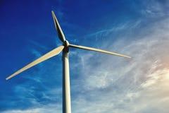 Белая ветротурбина против голубого облачного неба на дне, электрической турбины с небом на resou предпосылки, альтернативных и во стоковое фото rf