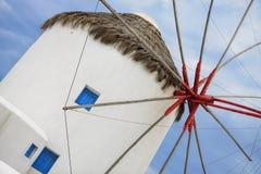 Белая ветрянка на острове Mykonos, греческих островах Стоковая Фотография