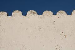 Белая волнистая пустая стена в голубом небе с космосом экземпляра Стоковое Изображение RF