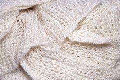 Белая вязать складчатость шарфа шерстей Стоковые Изображения