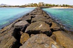 белая гостиница Лансароте в камне пляжа Испании Стоковое Изображение