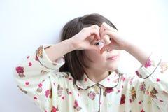 Белая девушка: Сердца Pijamas принцесс в руках Стоковые Фотографии RF