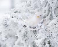 Белая декоративная птица сидит на дереве Стоковые Фото