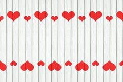 белая деревянная предпосылка с красным украшением сердец стоковая фотография