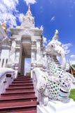 Белая лестница слона fution naga в тайском виске Стоковые Изображения