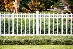 Белая загородка перед репрезентивным домом Стоковое Изображение RF