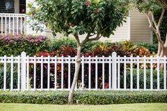 Белая загородка перед репрезентивным домом Стоковые Фото