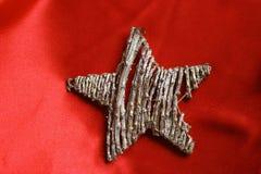 Белая звезда на предпосылке шарлаха Стоковое Фото