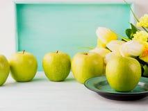 Белая зеленая пастельная предпосылка с яблоками еда здоровая стоковые изображения rf