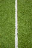 Белая линия на траве футбольного поля Стоковое Изображение