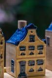 Белая и голубая керамическая миниатюра сувенира домов на деревянной предпосылке Стоковые Фотографии RF