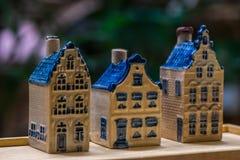 Белая и голубая керамическая миниатюра сувенира домов на деревянной предпосылке Стоковая Фотография