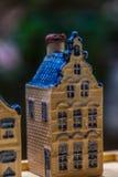 Белая и голубая керамическая миниатюра сувенира домов на деревянной предпосылке Стоковое Изображение