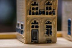 Белая и голубая керамическая миниатюра сувенира домов на деревянной предпосылке Стоковая Фотография RF
