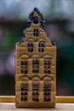 Белая и голубая керамическая миниатюра сувенира домов на деревянной предпосылке Стоковое Изображение RF