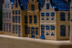 Белая и голубая керамическая миниатюра сувенира домов на деревянной предпосылке Стоковые Изображения RF