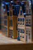 Белая и голубая керамическая миниатюра сувенира домов на деревянной предпосылке Стоковые Изображения