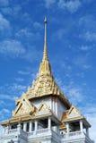 Белая и золотая пагода на предпосылке голубого неба стоковые фотографии rf
