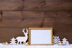Белая и золотая рождественская открытка на снеге с космосом экземпляра Стоковая Фотография