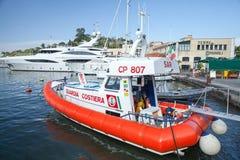 Белая и красная итальянская шлюпка службы береговой охраны Стоковые Фото