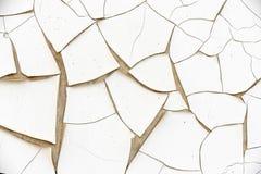 Белая и треснутая предпосылка текстуры стены краски стоковые изображения