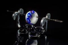 Белая и фиолетовая стеклянная бусина на стойке Стоковое Фото