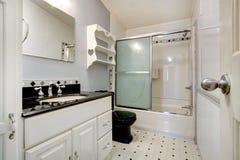 Белая и черная ванная комната Стоковые Изображения RF