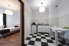 Белая и черная малая и компактная спальня конца кухни стоковые изображения