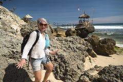Белая кавказская девушка имея потеху на газебо около океана Стоковая Фотография