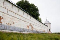 Белая каменная стена русского монастыря Стоковые Изображения RF
