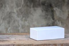 Белая картонная коробка на деревянном столе Стоковая Фотография RF