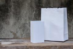Белая картонная коробка на деревянном столе Стоковое Фото