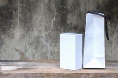 Белая картонная коробка на деревянном столе Стоковые Фото