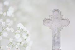 Белая карточка похорон креста и надежды стоковые фото